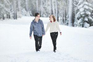 Dvoje šetaju na snegu