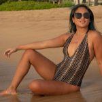 Žena na plaži nosi jednodelni kupaći kostimi - hit leta 2021