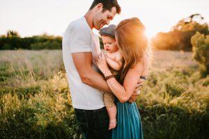Srećan par sa detetom koji pokazuje da ma koliko razloga za svađu u vezi ima morate raditi da ih izbegnete